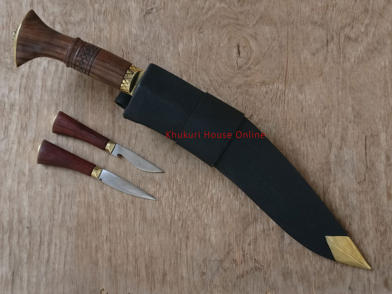 chitange inside sheath with small knives