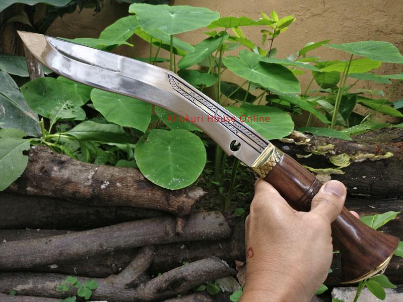 handheld view of chitlange khukuri