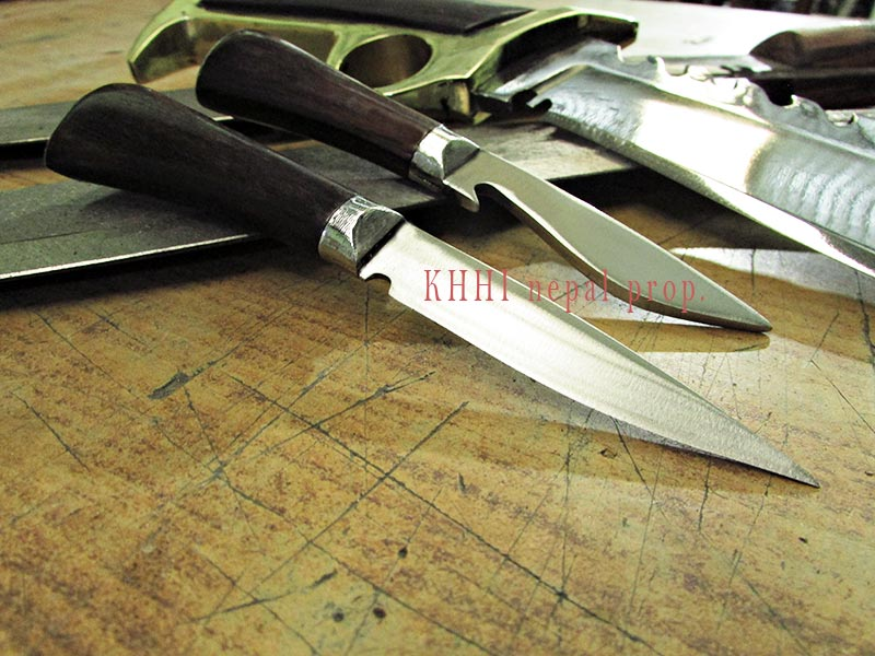 Accompanying knives full view